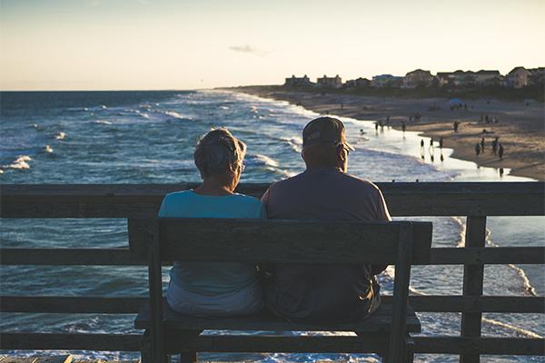 personnese retraités assises sur un banc