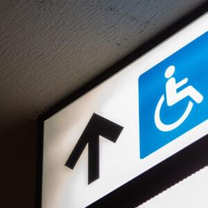 Panneau de signalisation avec accès handicapé