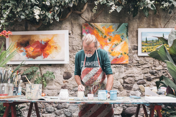 artiste devant ses toiles