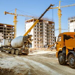 camion et toupie sur un chantier