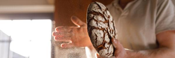 boulanger qui tape un pain