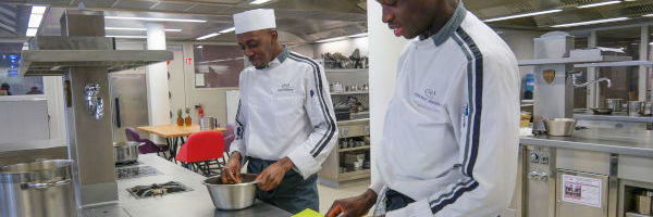 des apprentis cuisiniers préparent un plat