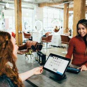 vendeur et client discutent