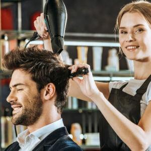 coiffeuse coiffant un homme