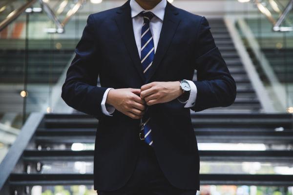 homme confiant en costume