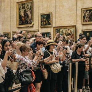 foule devant un tableau dans un musée