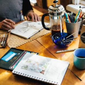 dessinateur avec une tasse de café