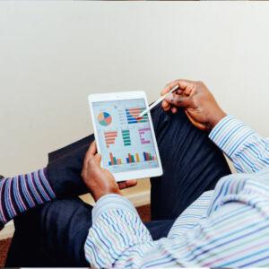 homme qui regarde des graphiques sur une tablette