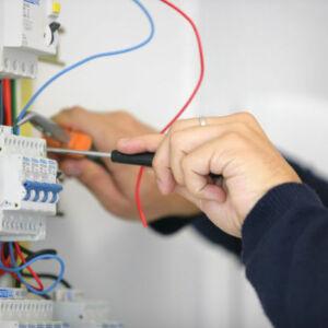 apprentis électricien intervenant sur un tableau électrique