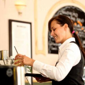 barmaid devant son bar