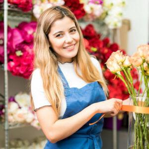 fleuriste dans sa boutique