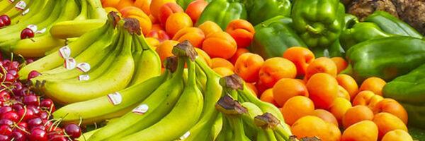 sélection de légumes et fruits sur un étal