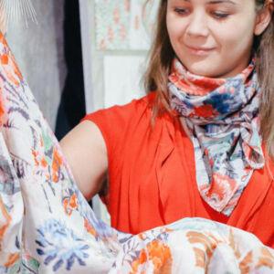 artisan qui présente son produit au public, une robe