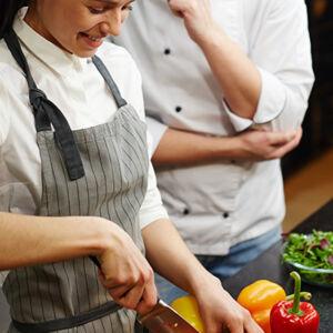 apprenti et maitre d'apprentissage en cuisine