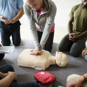 apprentis essaye un massage cardiaque sur un mannequin