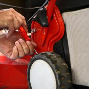 apprentis réparant une tondeuse
