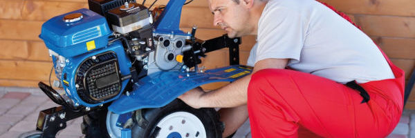 mécanicien qui répare un motoculteur