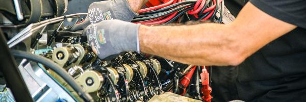 mécanicien qui répare un moteur de voiture
