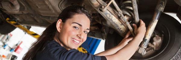 mécanicienne qui répare une voiture