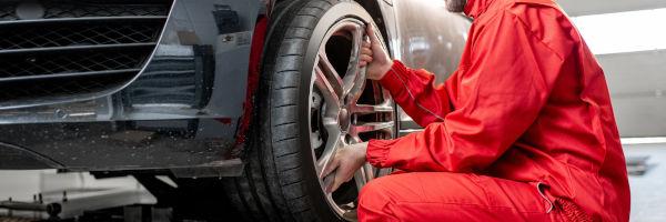 garagiste qui change une roue