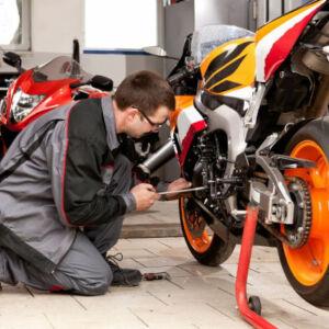 apprentis mécanicien moto travaillant sur une moto