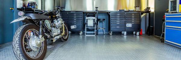 vue d'un atelier de réparation moto