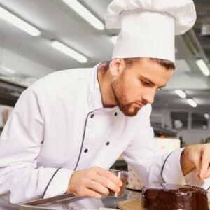 pâtissier qui fait un gâteau