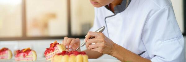 pâtissière faisant un gâteau