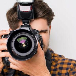 photographe faisant face avec son appareil
