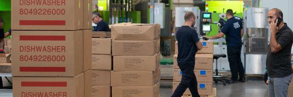 cartons dans un entrepôt