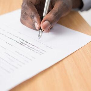 homme signant un contrat d'assurance