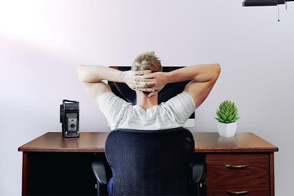 homme assis à son bureau