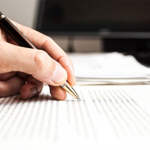 personne qui rédige un contrat