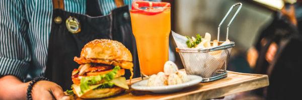 serveur qui sert un hamburger
