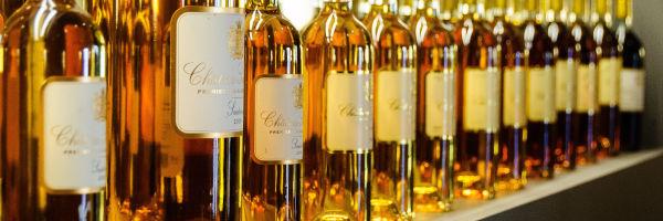 plusieurs bouteilles de vins blanc