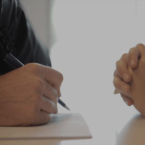 deux personnes qui signent un contrat