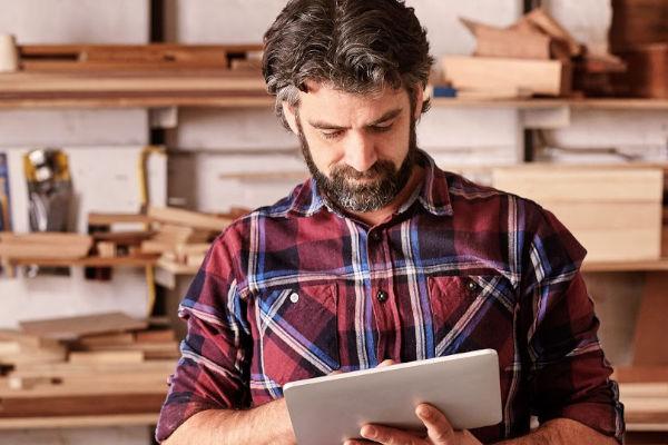 artisan qui travaille sur sa tablette