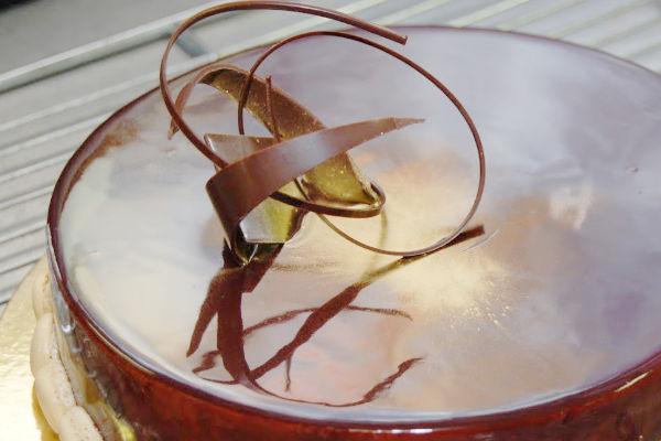 décor en chocolat sur un gâteau