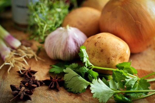 légumes sur une planche à découper