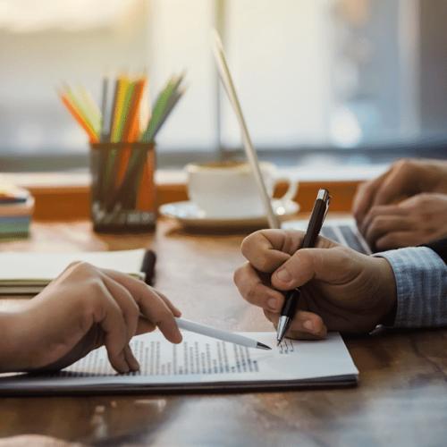 une personne qui signe un contrat avec son stylo