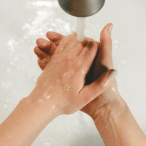 une personne qui se lave les mains