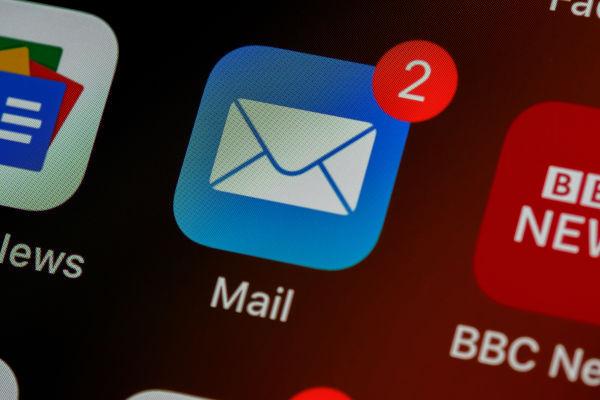 icône email sur smartphone