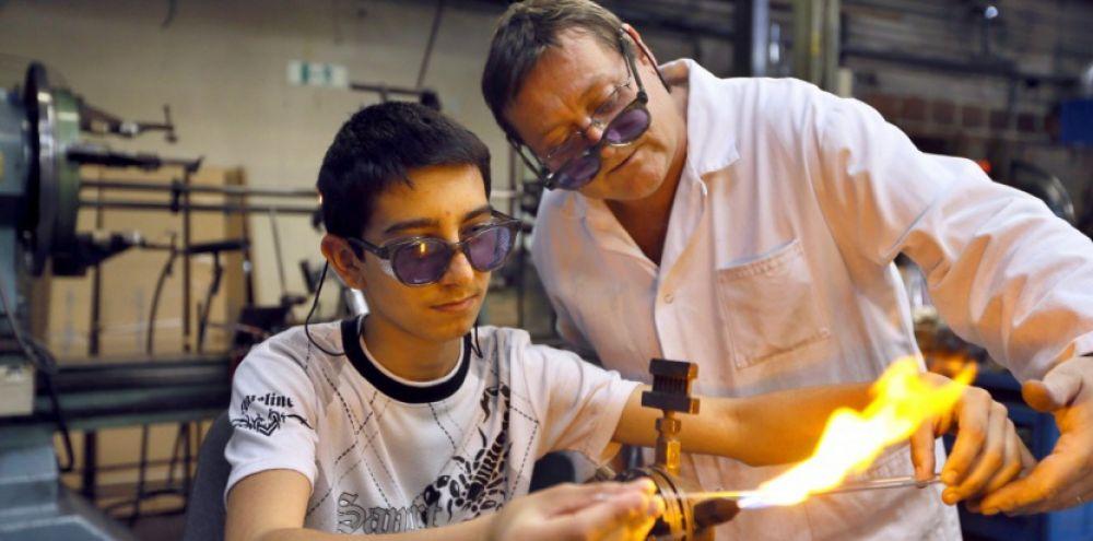 un maître d'apprentissage forme ses étudiants à leur futur métier