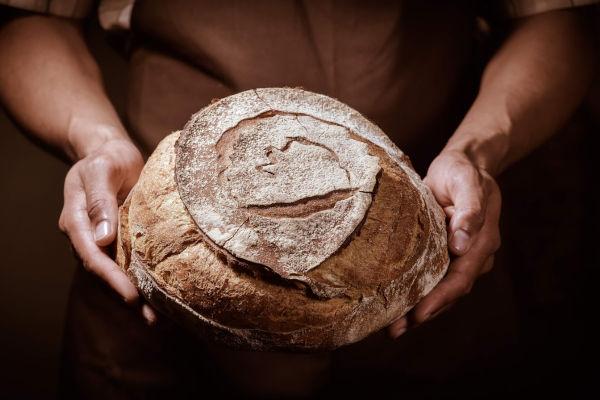 miche de pain dans les mains du boulanger