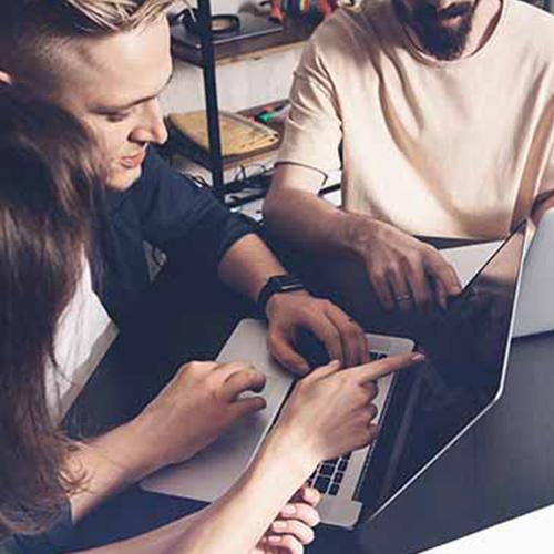 personnes derrière un ordinateur