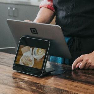 vendeur avec une tablette