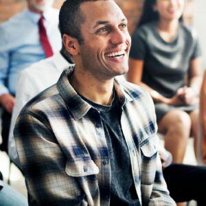 personnes souriantes en conference