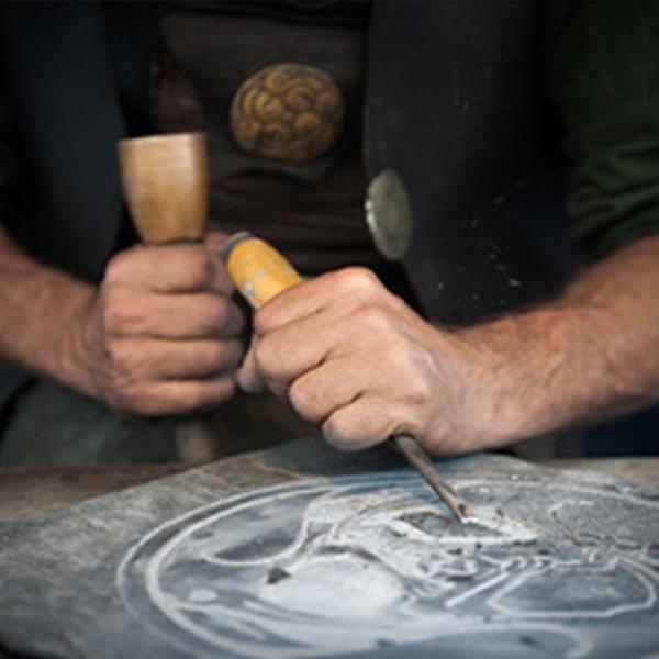 artisan qui sculpte