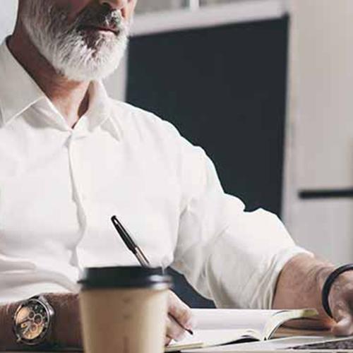 homme qui travaille sur son bureau avec un café