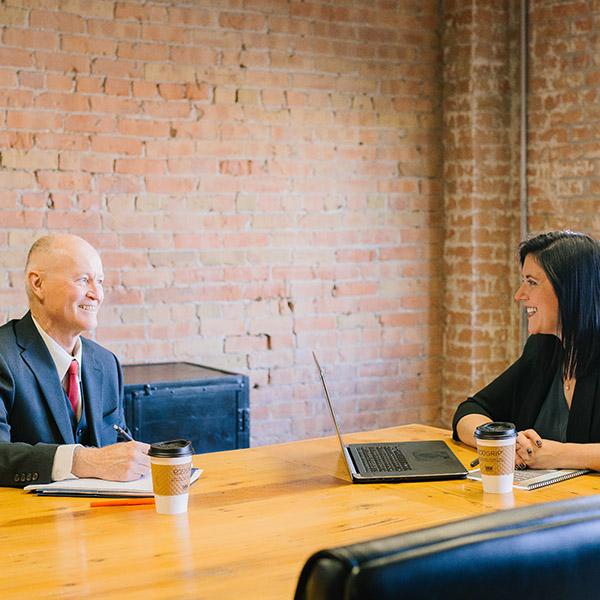 un chef d'entreprise et sa collaboratrice